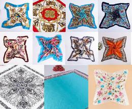 Mejores bufandas de moda en venta-Muchos colores mezclados manera de las mujeres pañuelo bufanda grande del tamaño 90 * 90 cm cuadrados bufanda de raso de protección solar de la bufanda del otoño mejor regalo
