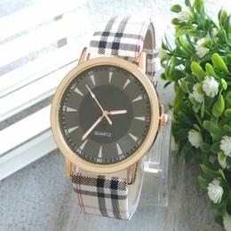 ¡2014 la nueva venta superior! El reloj de manera de cuero de las mujeres blancas negras de la calidad el mejor reloj de las mujeres viste los relojes el mejor regalo del envío libre desde mejores relojes de moda de calidad fabricantes