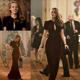 Chic Burgundy Velvet Blake Lively Red Carpet Celebrity Dresses Jewel Neck Sexy Plunging Cutaway Sides Sheath Evening Gowns with Short Sleevs