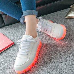 Acheter en ligne La conception de chaussures de couleur-Style décontractant LED lumière chaussures chaussures LED nouvelle conception LED chaussures pour dame 8 couleur changé chaussures led femme