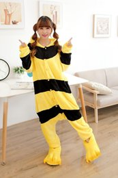 Wholesale hot sale new Flannel couples sleeper cartoon animals such as toilet edition bee leisurewear suit men and women