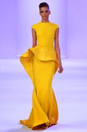 Caliente ! Nuevo Diseño Especial del Hombro Amarillo Volantes Largos Vestidos de Noche de París Alfombra Roja de la Celebridad Vestidos de 2015 Vestidos de Celebridad desde alfombra roja del hombro fuera proveedores