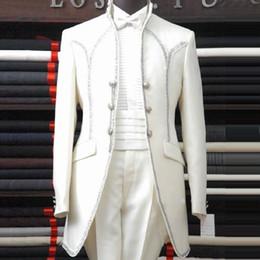 Wholesale 2015 El hombre blanco se adapta a la solapa del mantón Lazo de tres botones Lazo Los hombres de los smokinges del padrino de boda Wedding los juegos Hermoso