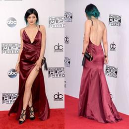 Сексуальная музыка Онлайн-Дженнер Red Carpet платья Burgundy платье знаменитости платья Sexy High щелевая Глубокий V шеи Вечерние платья партии Open Back Music Awards