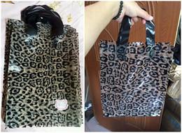 Promotion impression poly 25 * 34cm 50pcs / lot cadeau sac en plastique imprimé léopard, chaussures de vêtements sac, emballage Épaissir poly sac avec poignée