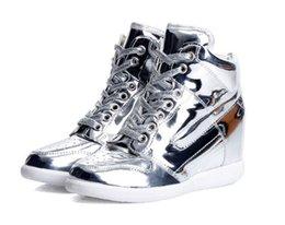 ¡GRAN VENTA! Las zapatillas de deporte superiores femeninas del cordón del cordón de las mujeres de los altos talones femeninos de la cuña forman los zapatos de los deportes el color del oro del elevador de los 6cm y la plata c desde top zapatos altos zapatos del elevador proveedores