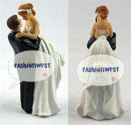 Wholesale Wedding Statue New Creative Romance Groom Lifting Bride Wedding Cute Cake Decoration Figurine Resin Fashion Wedding Party Supplies artware
