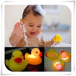 Wholesale Yellow Duck Bath Flashing Light Toy Baby Kits Bathroom toys Led Change Multi Colors Bath Duck Lovely Gift for Child