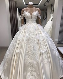 Vintage Satin Lace Appliqued Ball Gown Wedding Dress With Feathers Luxury Saudi Dubai Arabic Plus Size Bridal Gown