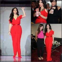 Descuento vestidos cortos kim kardashian 2015 Kim Kardashian vestidos de baile de fin de curso de la alfombra roja mangas cortas vaina V cuello de gasa piso longitud Split perlas vestidos de desfile vestido de disfraz BO1194