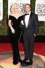 2016 Golden Globe Award Lady Gaga alfombra roja vestidos de Off The Velvet hombro sirena tribunal tren 73a Globo de Oro de la celebridad Vestidos de encargo desde alfombra roja del hombro fuera fabricantes