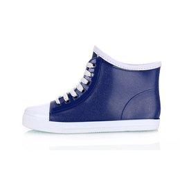 Compra Online Niñas de arranque blanco-Botas de tobillo para las botas de lluvia de las mujeres para la muchacha La manera blanca azul calza el talón plano de los rainboots del cordón del cortocircuito de la personalidad fresco