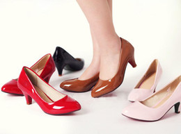 Promotion point de navire Gros-gratuites mignon cuir bout pointu de brevet femmes envoi Pompes Mode talon aiguille Office Lady taille de chaussures US 2 ~ 10.5 / EU 32 ~ 43 D033