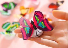 Noche de mariposa en venta-7 que cambia de color de la mariposa de noche LED lámpara de luz con cojín de la succión del partido Decoración de Navidad luces de la decoración de la pared del palillo discrecionalmente