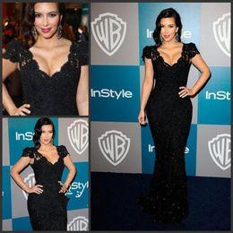 Vestidos cortos kim kardashian en venta-2015 Kim Kardashian vestido Negro sirena cuello en V manga corta de encaje crtstal celebridades alfombra roja tribunal tren vestidos de noche vestidos de baile MF045