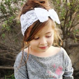 Descuento bandas para la cabeza de encaje blanco para bebés Chirstmas del pelo del bebé Accesorios muchacha del niño lindo de los niños del arco Hairband Turbante diadema Headwear Hairband del cordón rosado blanco rojo púrpura