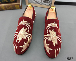 Wholesale Promotion New spring Men Velvet Loafers Party wedding Shoes Europe Style Embroidered Blue Red Velvet Slippers Driving moccasins