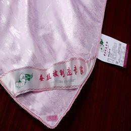 Edredones de seda pura en Línea-Al por mayor-Top trabajo hecho a mano de grado 1,5 kg naturaleza pura seda edredón del consolador de color rosa tejidos de poliéster suave funda de edredón edredón de seda 180x220cm