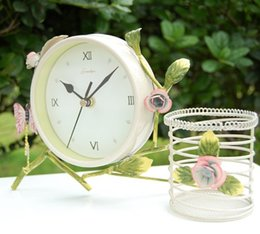 Wholesale MOQ piece Europe garden style butterfly and flower deco light yellow iron desk clock with pencil vase