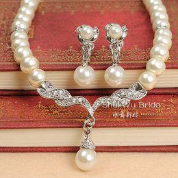 Mariage met en vente en Ligne-Vente chaude perle blanche et strass cristal diamant mariage nuptiale collier et boucles d'oreilles demoiselle d'honneur ensemble Livraison gratuite