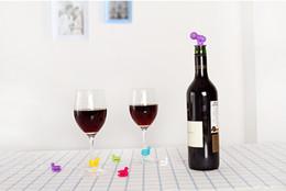 2017 verre bouchons de vin Parti Accessoires pour le vin 4 pcs couleur 7 = 1set Dédié Étiquette Coupes Verre à vin Vin Silicone Rubber Classes marqueur avec une bouteille Échec récents bon marché verre bouchons de vin