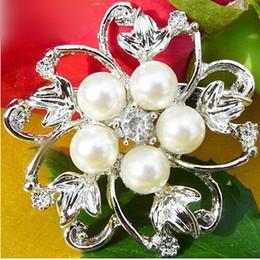 Stylish Faux Pearl Brooch Clear Rhinestone Crystal Bling Bling Diamante Flower Brooch Wedding Banquet Decoration Pins Brooch BQ0111