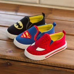 Zapatos de Batman del hombre araña del superhombre de los niños 2015 Nuevos cabritos de los muchachos de los muchachos calzan el tamaño 21-35 Zapatillas de deporte de la manera desde zapatos de hombre araña para niños fabricantes