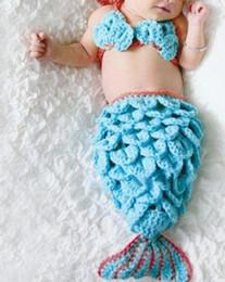 Descuento cute baby accesorios de fotografía Al por mayor-lindo sirena Diseño hecho a mano del ganchillo del bebé del traje de fotografía apoya DeepSkyBlue 540x300mm; 2pcs / set