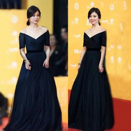 Hot Sale Classic Navy Blue Prom Dress Long Formal Off the Shoulder Illusion Short Sleeves Ruched Tulle Floor Length Evening Gown Black Sash