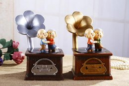 Wholesale grow old couple household retro phonograph resin jar furnishing articles Creative gifts furnishing articles