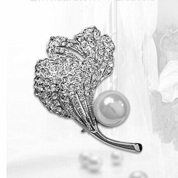 Wholesale Rhodium Silver Plated Fir Leaf Brooch Clear Rhinestone Crystal Diamante Pins and Brooches with Single Pearl