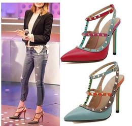 2016 Chaussures sexy de vente chaudes femmes Rivets Pompes talons hauts sandales Studded Spike pointues talon haut talon chaussures robe rouge bleu Taille 35-41 à partir de rouge à pointes hauts talons fabricateur
