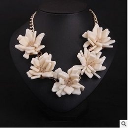 2016 New Fashion Beige Fresh and Sweet Flower Necklace Bib Statement Necklace Vintage Sweater Chain necklaces Exaggerated Style 4 Woman Girl