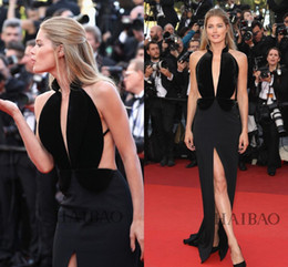 2019 Met Gala Doutzen Kroes Celebrity Evening Dresses Black Velvet Ruffled Full Length Sheath Deep V-Neck Split Occasion Dress Prom Gowns