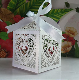 Wholesale 50pcs Laser Cut heart wedding favor box in pearl color Casamento wedding favors and gifts hollow out heart wedding candy box