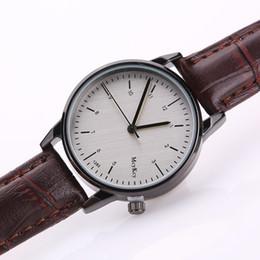 Descuento relojes de pulsera piezas 100 pedazos de acero inoxidable Dial Cuero reloj de pulsera de cuarzo reloj de diseño simple Analog Dial Gift Relojes de pulsera