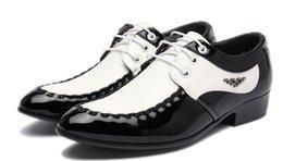 Wholesale Homens sapatos preto e branco sapato casamento apontou sapatos de couro sapatos de correspondência de cores casual