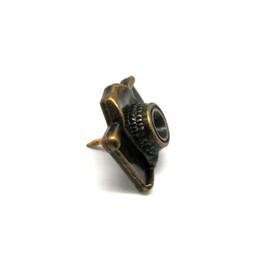 Wholesale fashoin custe antique brass metal camera badge pin metal hat pin badge for garment and bags