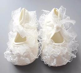 Niñas de arranque blanco en Línea-2017 de la flor del bautismo del vestido del bautizo del cordón lindo infantil infantil del ganchillo lindo recién nacido de la princesa zapatos 0-13M Prewalker Boot