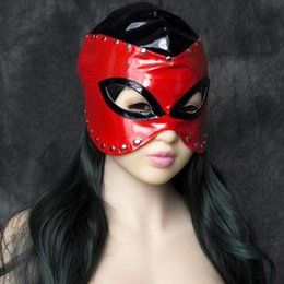 lignes de capot Promotion Sex Bondage Fetish Wet Looking Capuche Demi-tête Cosplay Masque avec Métal Rivet Lined Rouge et Noir Adulte Fetish Game Toy