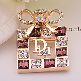Wholesale Direct deal the new European style big perfume bottle Rhinestone Women s alloy Brooch high end clothing accessories
