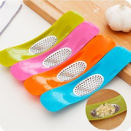 Wholesale Garlic Crusher Press Mincer Stainless Steel Garlic Press Grinding Slicer Chopper Cutter Kitchen Accessories Seesaw Shape colors