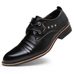 Wholesale Estilo británico hombres zapatos de cuero negocios negro blanco hombres zapatos planos zapatos de boda suave para hombres marca de lujo