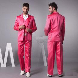 Hot Pink Novos Groom Tuxedos Satén Material Groomsman Hombres Trajes De Boda / Bespoke Trajes De Novio / Hombres Formal Blazer (Chaqueta + Pantalones + Tie + Vest) H231 desde lazo formal de color rosa fabricantes