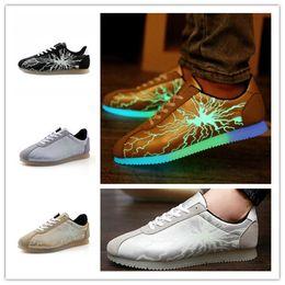 Promotion énergie ups dentelle fissures Fire patterns chaussures lumineux mode d'économie d'énergie de lumière des chaussures Cortez up épissage baskets casual pour les adolescentes et adultes EMS