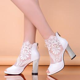 Zapatos de damas de honor negro baratos en Línea-Zapatos de boda baratos con tacones de gatito Peep negro / blanco Appliques zapatos de noche Prom dama de honor / zapatos de novia con el dedo del pie abierto