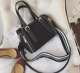 The new hot sale of the lady's sanding handbag is a one-shoulder bag.
