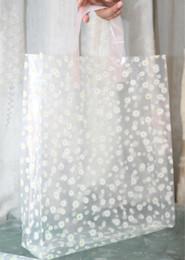 Descuento la moda bolsas de plástico transparentes Los bolsos de compras florales transparentes de los 50pcs los 24 * 34cm con los bolsos del regalo de la manija espesan los bolsos de lujo de la ropa