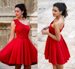2017 Short Cocktail Dresses Red Pleats A Line Homecoming Party Dresses for Girls with Lace Appliques One Shoulder Graduation Gowns