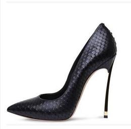 Wholesale 2016 Fameuses femmes de la marque jaune pompes bleues chaussures habillées talons brevet pointues femmes chaussures en cuir chaussures de mariage chaussures de mariée sandales